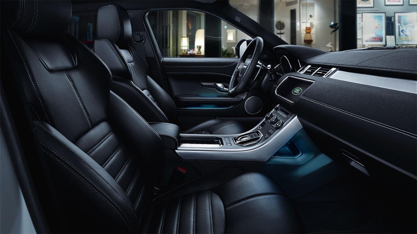 Range Rover Evoque's steering wheel and elegant interior design. 19MY Shown.